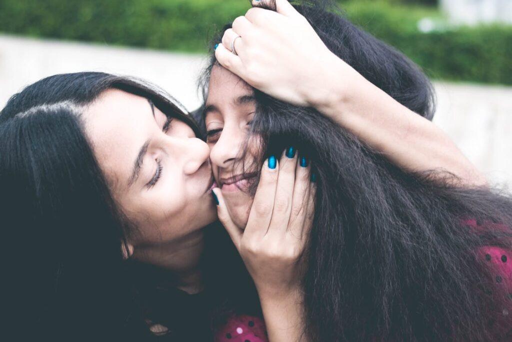 Mor og datter krammer