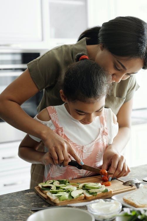Mor og datter laver mad