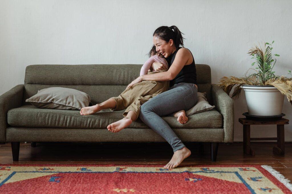 Mor og datter i sofa